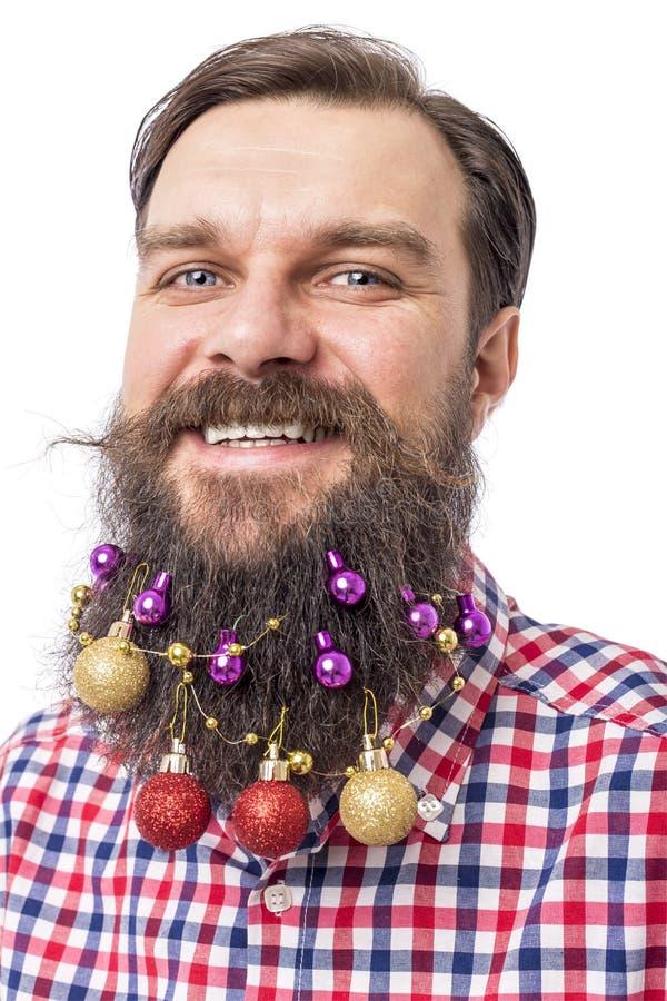 Портрет крупного плана смешного человека с шариками украшения в его bea стоковые фотографии rf