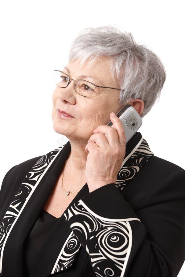 Портрет крупного плана старшей дамы с мобильным телефоном стоковая фотография