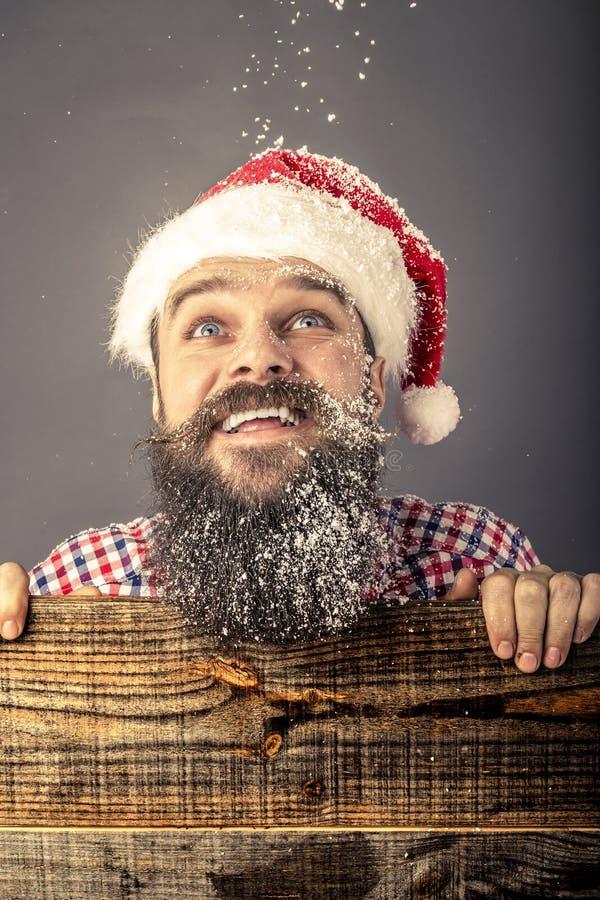 Портрет крупного плана счастливого бородатого человека при крышка santa смотря u стоковое изображение rf