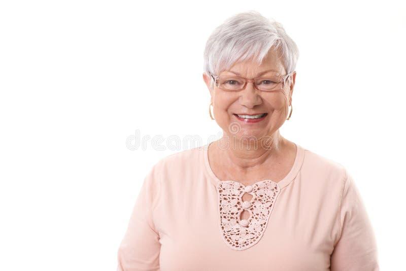 Портрет крупного плана счастливой бабушки стоковые фото