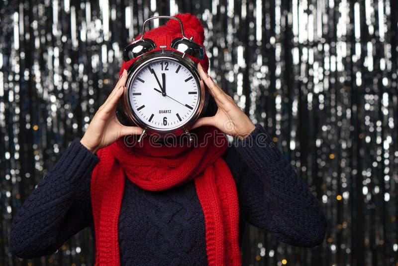 Портрет крупного плана счастливой женщины зимы стоковая фотография