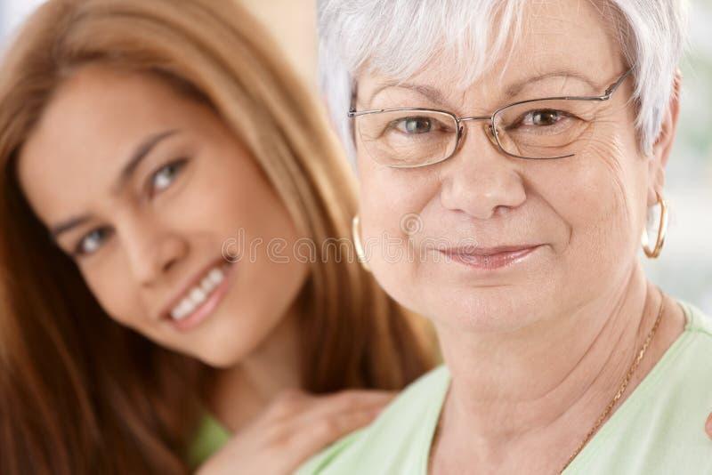 Портрет крупного плана счастливых матери и дочери стоковая фотография