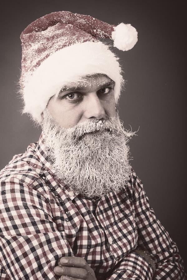 Портрет крупного плана человека с крышкой santa и замороженной бородой стоковая фотография rf