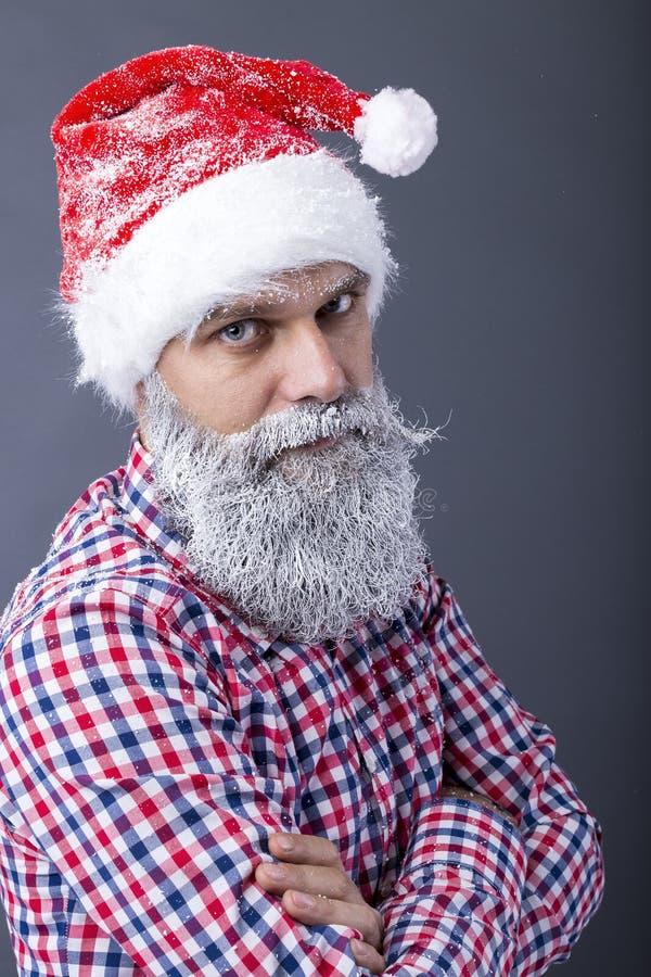 Портрет крупного плана человека с крышкой santa и замороженной бородой стоковые фотографии rf