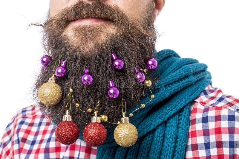 Портрет крупного плана человека с шариками украшения в его бороде стоковая фотография rf
