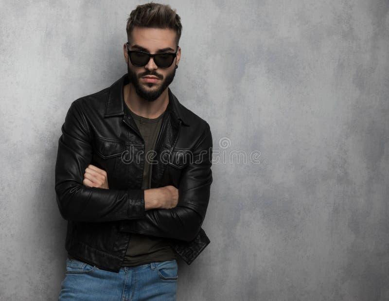 Портрет куртки и солнечных очков уверенного unshaved человека нося кожаной стоковая фотография rf