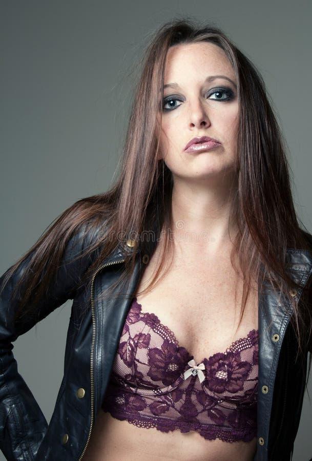 Портрет куртки и bustier красивой женской модели нося кожаной стоковая фотография rf