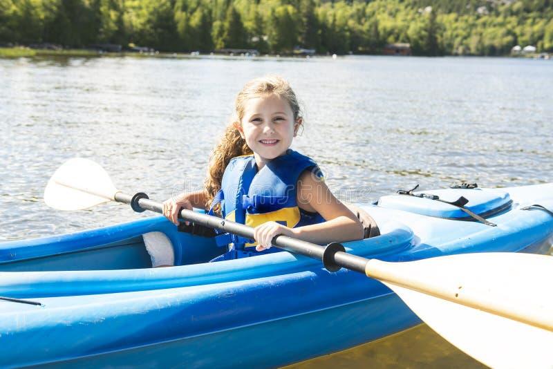 Портрет летних каникулов счастливой милой девушки сплавляться дальше река стоковая фотография