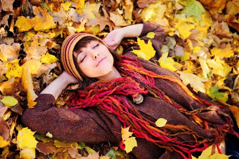 портрет листьев девушки лежа стоковая фотография