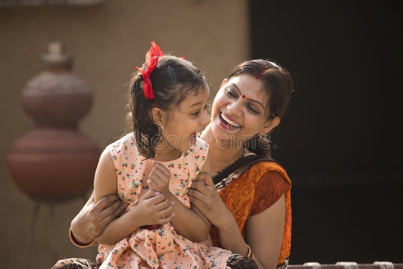 Портрет любить индийские мать и дочь на деревне стоковые изображения