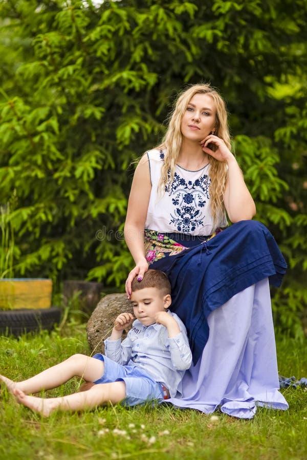 Портрет любить кавказскую мать с ее Outdoors сына Представлять против предпосылки природы стоковое фото