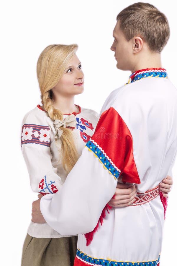 Портрет любить обнятых кавказских пар в национальных костюмах стоковые фото
