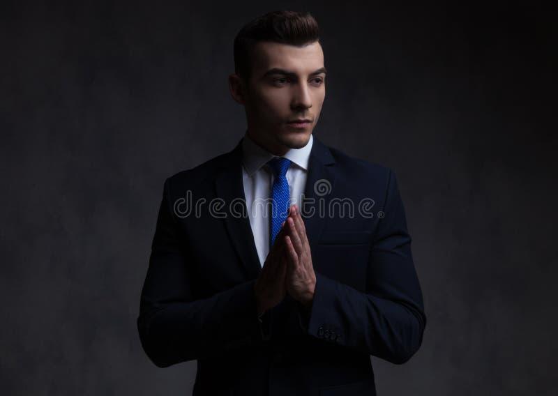 Портрет любопытного бизнесмена моля и смотря для того чтобы встать на сторону стоковое изображение rf