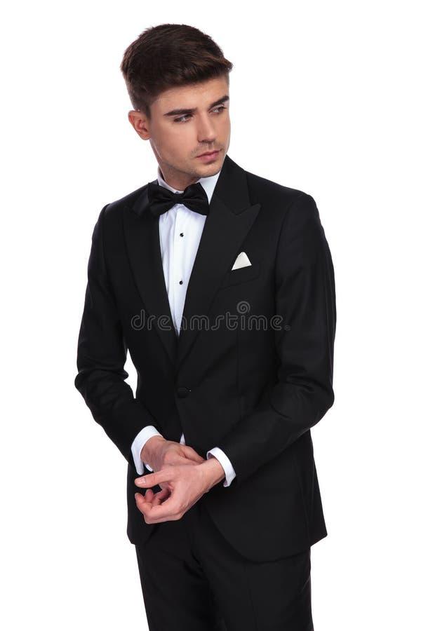 Портрет любопытного бизнесмена фиксируя его положение тумаков стоковая фотография rf