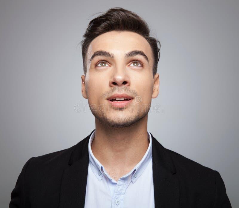 Портрет любопытного сотрясенного бизнесмена смотря вверх стоковое фото rf