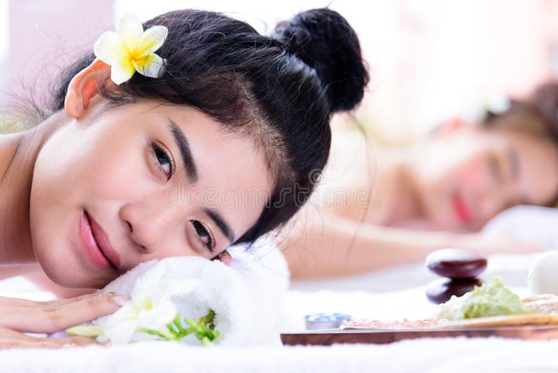Портрет людей дуо красивых азиатских с концом вверх по взгляду и cl стоковое изображение rf