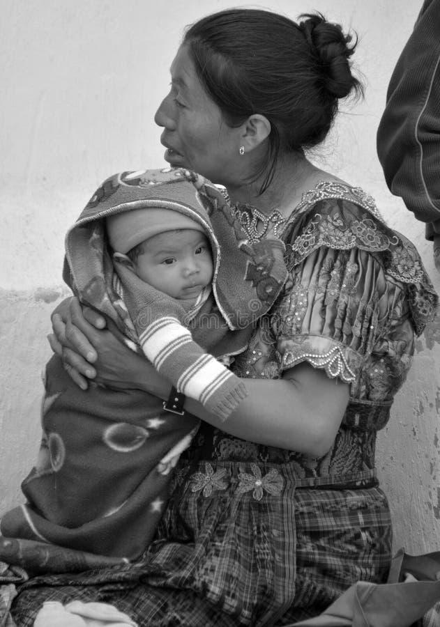 Портрет майяского владения младенца его матерью стоковые фото
