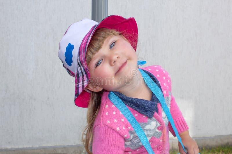 Портрет Маленькая модная девушка идет вниз с улицы в Панаме field вал стоковое изображение