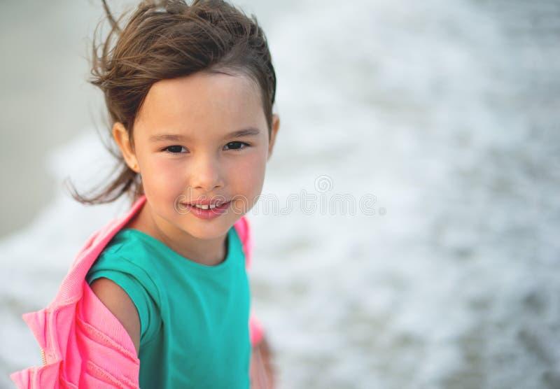 Портрет маленькие и красивые smilling и havingf девушки стоковое изображение rf