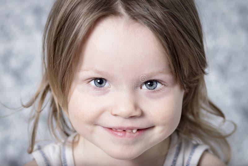 Портрет маленького конца-вверх ребёнка Милый младенец усмехается Красивая белая кавказская девушка смотря вверх стоковое фото