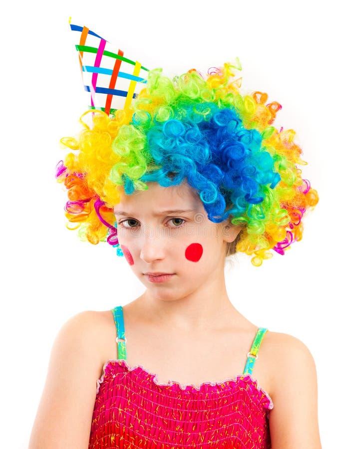 Портрет маленькой грустной девушки в парике клоуна изолированном на белом backg стоковые изображения