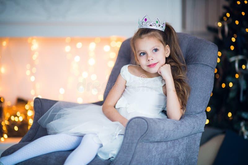 Портрет маленькой девочки в костюме ферзя снега стоковое изображение rf