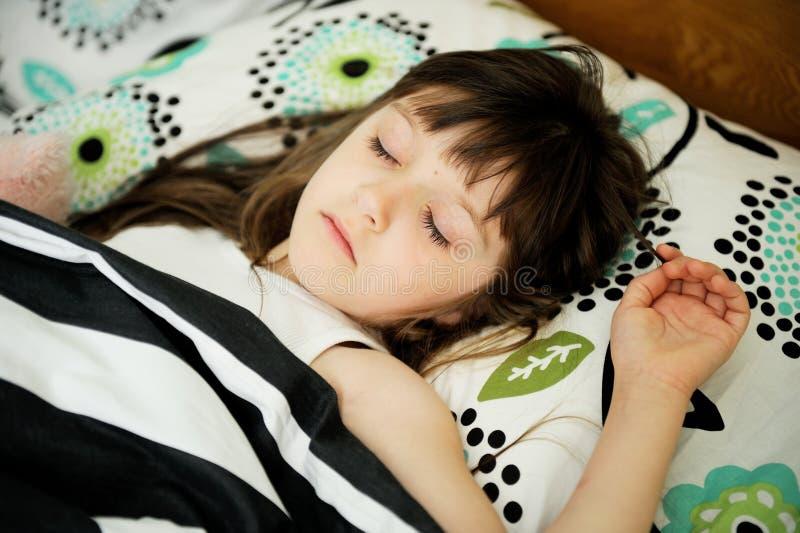Портрет маленькой девочки в кровати стоковое фото rf