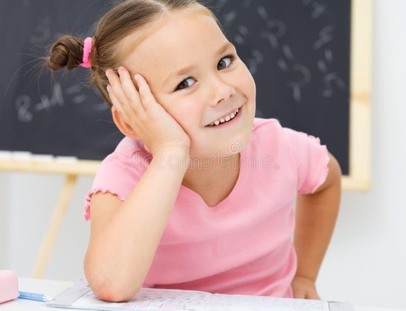 Портрет маленькой девочки в школе стоковое фото rf