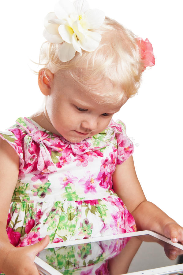 Портрет маленькой девочки и таблетки стоковое изображение rf