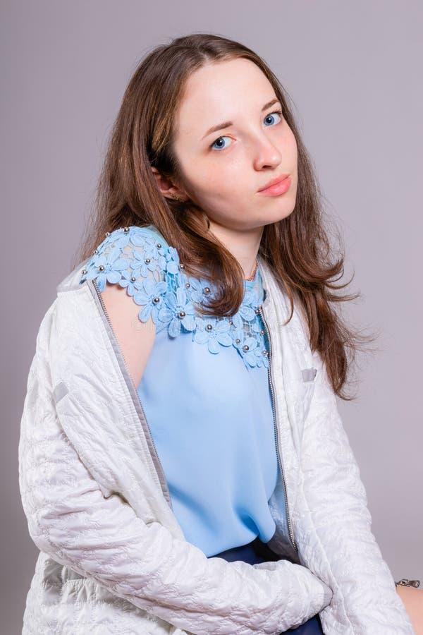 Портрет маленькой девочки красоты с длинными волосами стоковые изображения rf