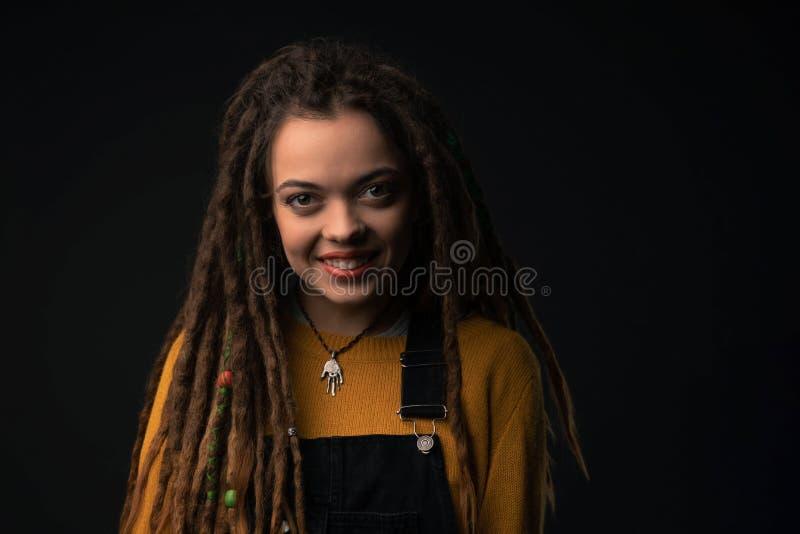 Портрет маленькой девочки с боязнями на черной предпосылке стоковое фото rf