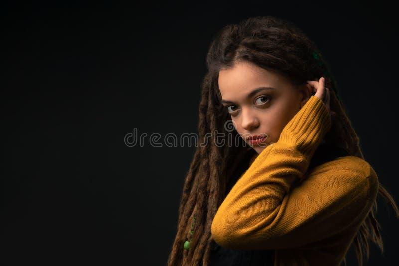 Портрет маленькой девочки с боязнями на черной предпосылке стоковые фото