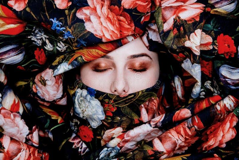 Портрет маленькой девочки с красной цветком положенным в кожух губной помадой стоковые фотографии rf