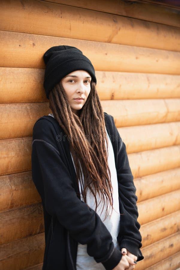 Портрет маленькой девочки с dreadlocks в черной шляпе и черном hoodie стоковые изображения rf