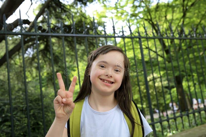 Портрет маленькой девочки усмехаясь снаружи стоковые изображения rf