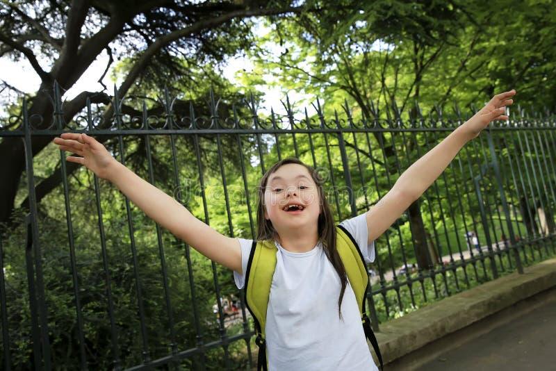 Портрет маленькой девочки усмехаясь снаружи стоковое фото