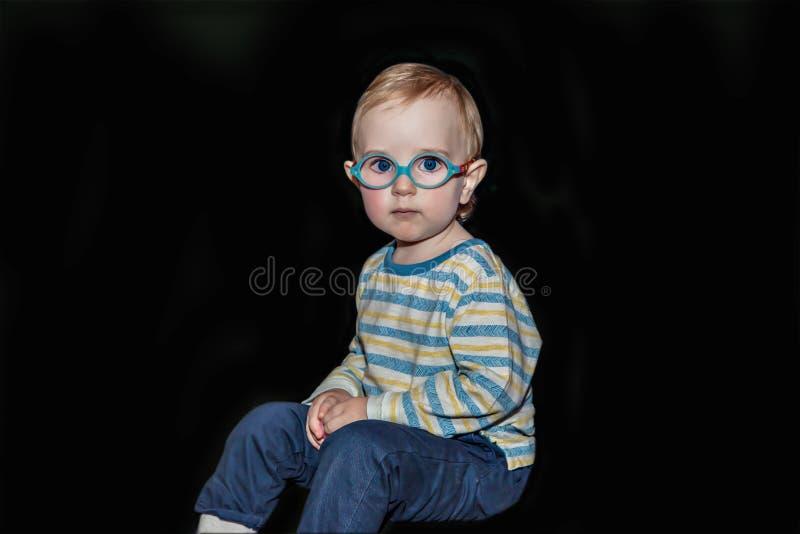 Портрет малыша на черной предпосылке стоковые фотографии rf