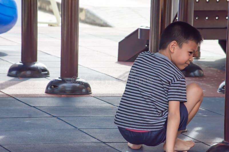 Портрет мальчика Азии играя в спортивной площадке стоковые фото