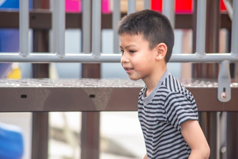 Портрет мальчика Азии, смеясь и усмехаясь счастливо в игре стоковые изображения rf