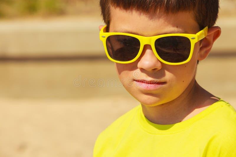 Портрет мальчика внешний в временени стоковые фото