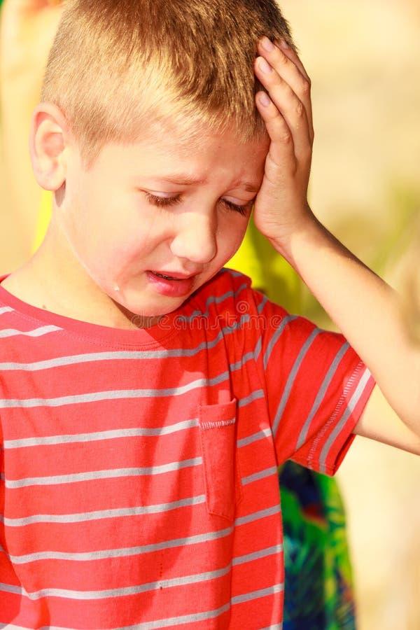 Портрет мальчика на открытом воздухе летом стоковое фото