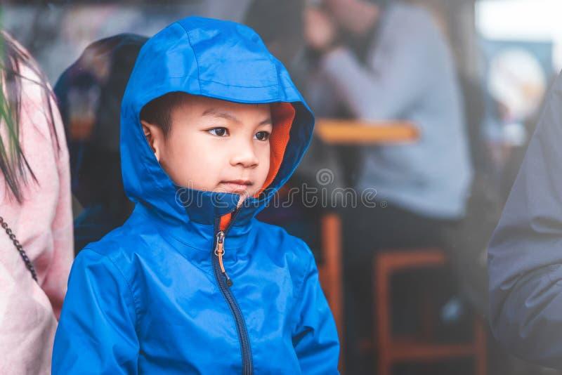Портрет мальчика ребенк в голубой одежде зимы стоковые фотографии rf