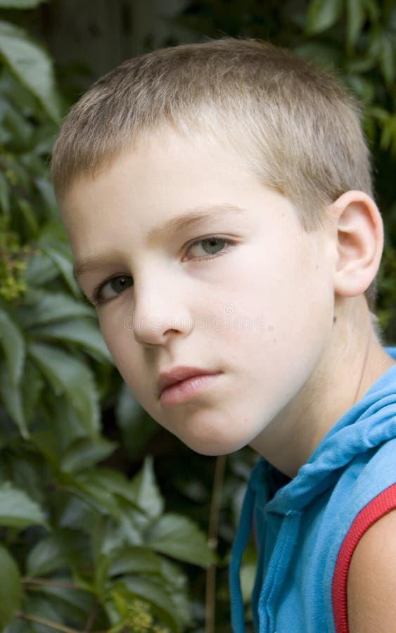 портрет мальчика серьезный стоковое изображение rf