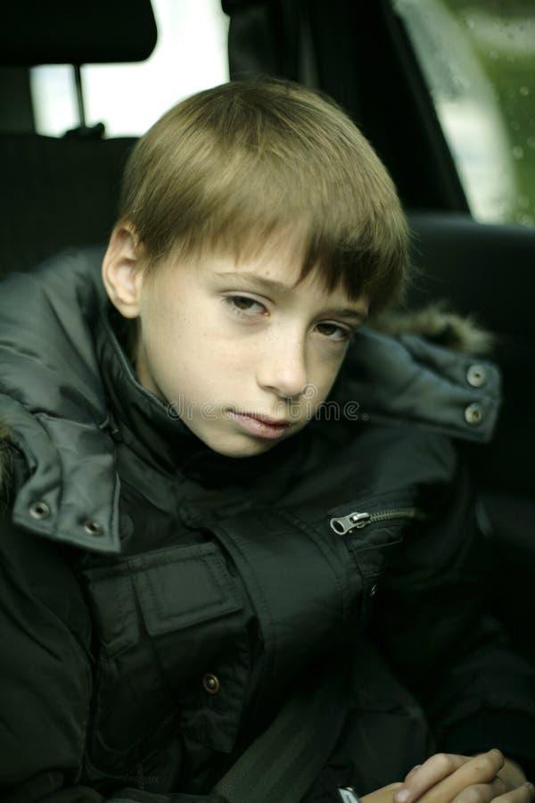 портрет мальчика серьезный стоковые фото