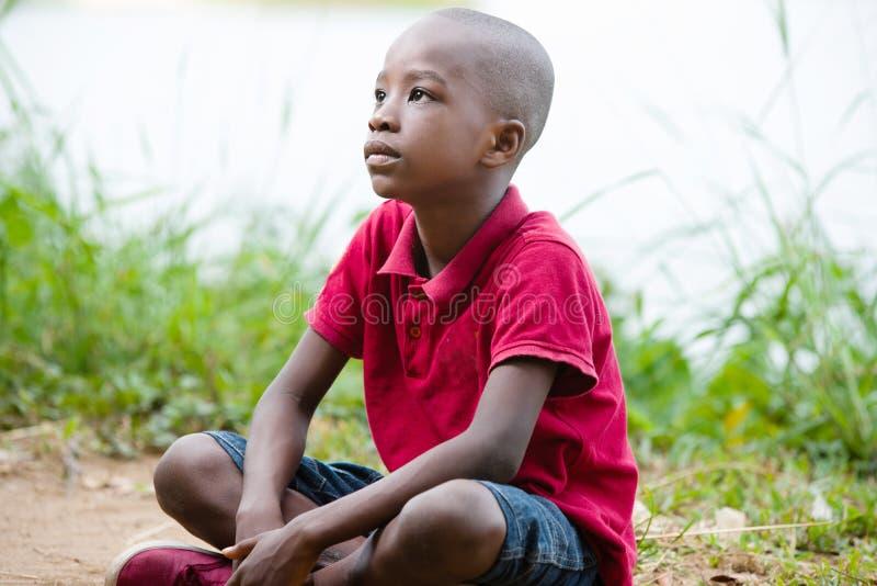 Портрет мальчика сидя самостоятельно в сердце природы стоковые изображения