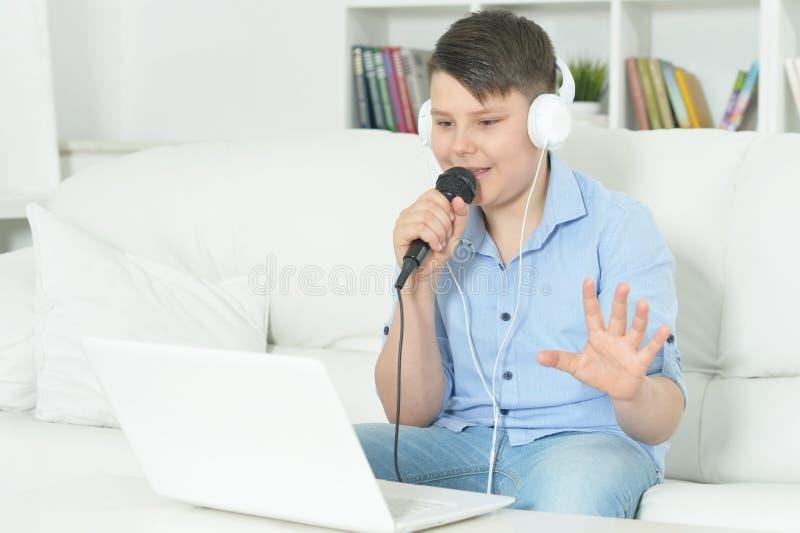 Портрет мальчика с микрофоном стоковая фотография rf