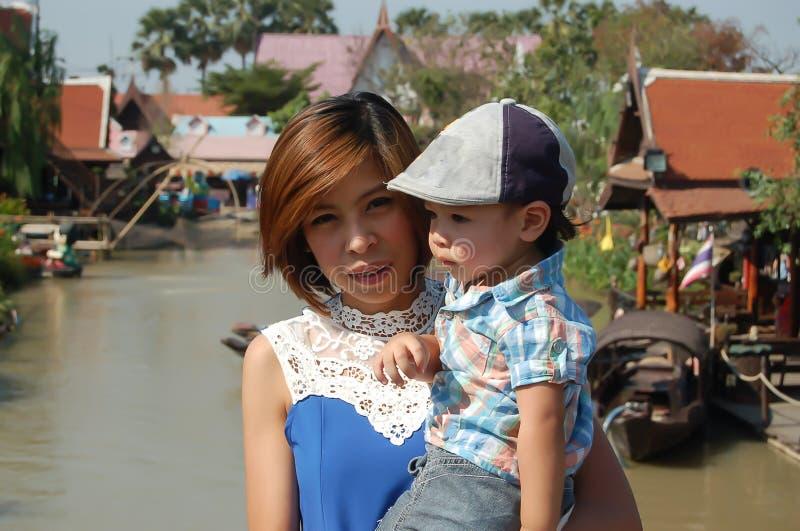 Портрет матери и сына на плавучем мосте стоковое фото rf