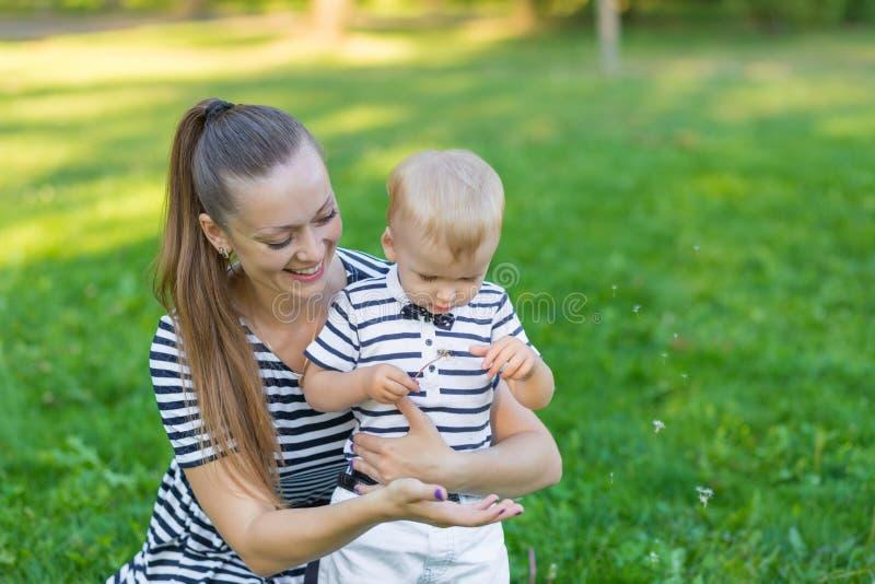 Портрет матери и сына на природе стоковые фотографии rf