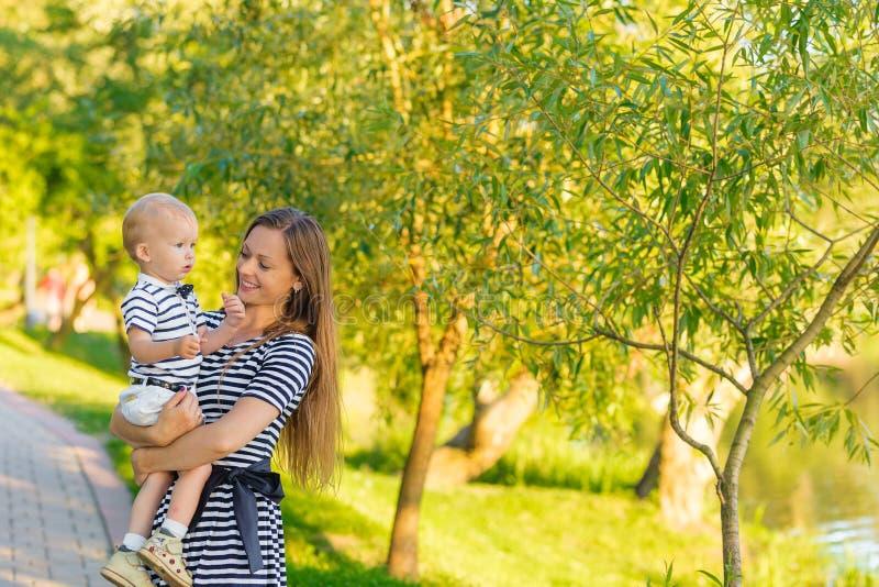 Портрет матери и сына на природе стоковое изображение rf
