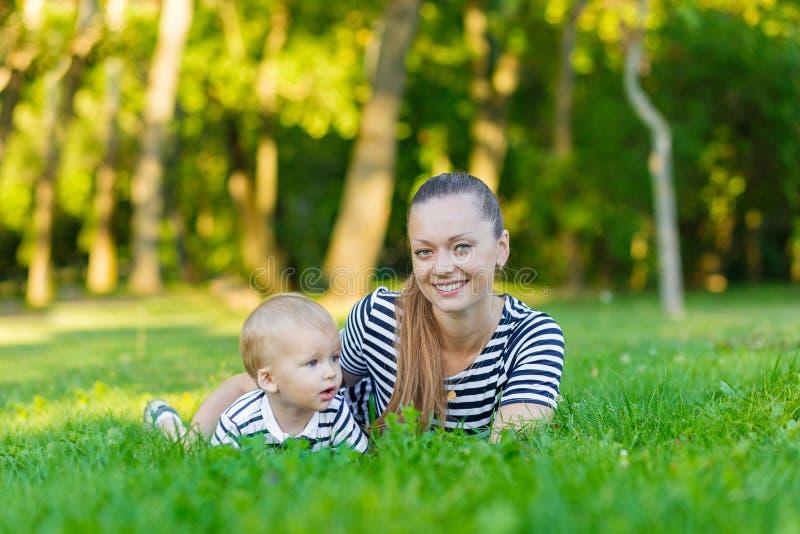 Портрет матери и сына на природе стоковая фотография rf